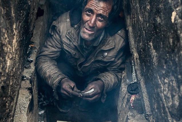 Người vô gia cư Iran chui vào mộ để sống