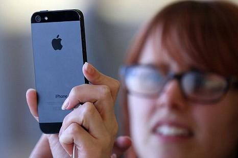 Mua iPhone 5S lưu sẵn số Adele và nhiều người nổi tiếng