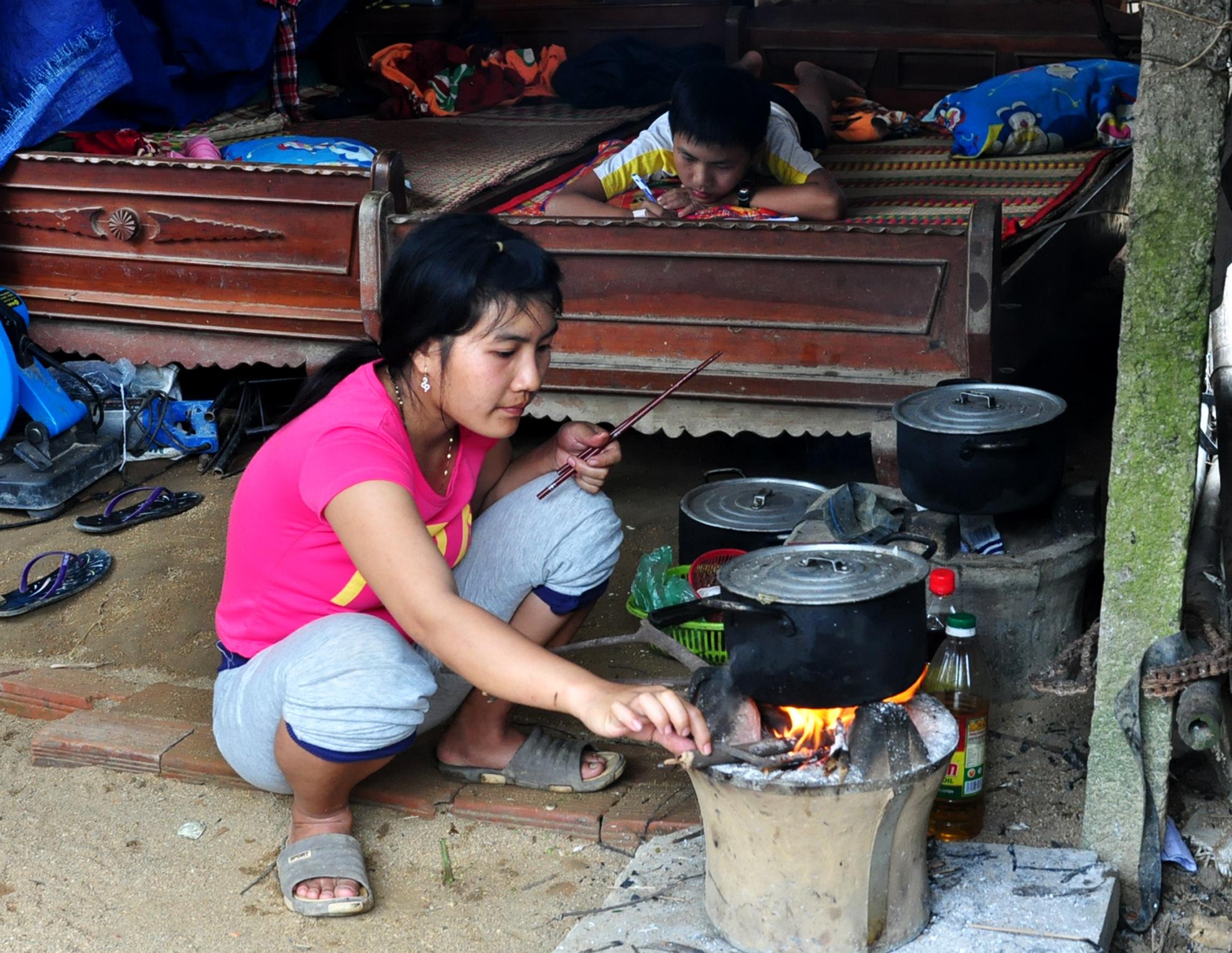 Nhà sập do lũ, dân Bình Định sống tạm bợ trong lều chờ Tết