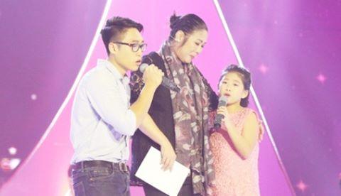NSND Hồng Vân và hai con ôm nhau khóc trên sân khấu