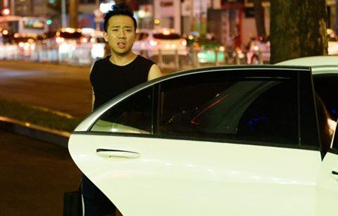 Hari Won bịt kín mặt theo Trấn Thành đi tập kịch Tết