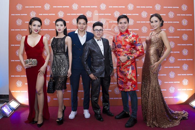 """Tommy Nguyễn như """"soái ca"""" bên các người đẹp trong bữa tiệc cuối năm"""
