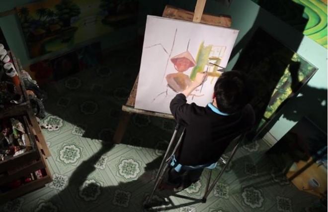 Chàng họa sĩ khuyết tật 15 năm vẽ tương lai từ những cơn đau