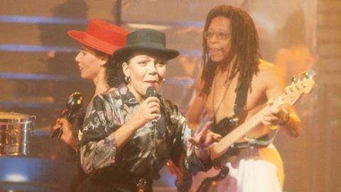 "Nữ ca sĩ ""Lambada"" bất ngờ qua đời ở tuổi 63"