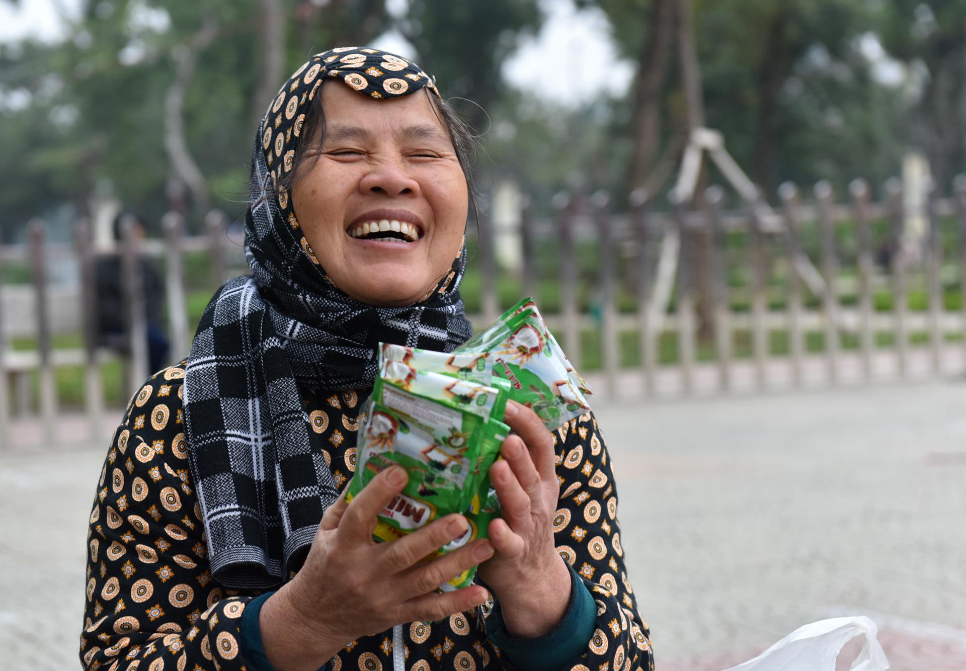 Người nghèo vui vẻ sắm Tết ở phiên chợ 0 đồng