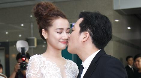 Trường Giang hôn Nhã Phương trên thảm đỏ