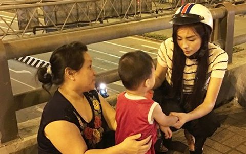 Hoa hậu Kỳ Duyên đi xe máy phát quà Tết lúc nửa đêm