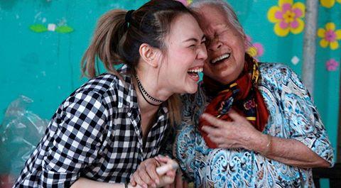 Mỹ Tâm tình cảm khi thăm các nghệ sĩ ở viện dưỡng lão