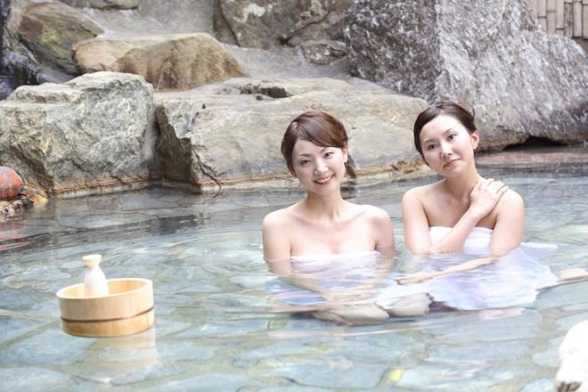 Vì sao nên tắm rượu sake một lần khi tới Nhật?