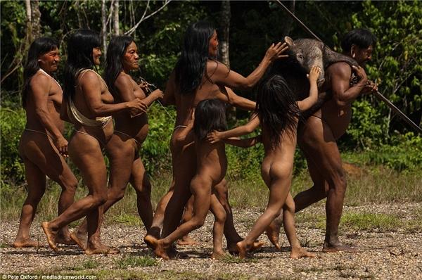 Kì dị bộ tộc với 6 ngón chân xòe như nan quạt