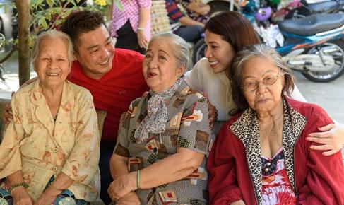 Lý Hùng, Lý Hương tặng quà nghệ sĩ già neo đơn ngày 30 Tết