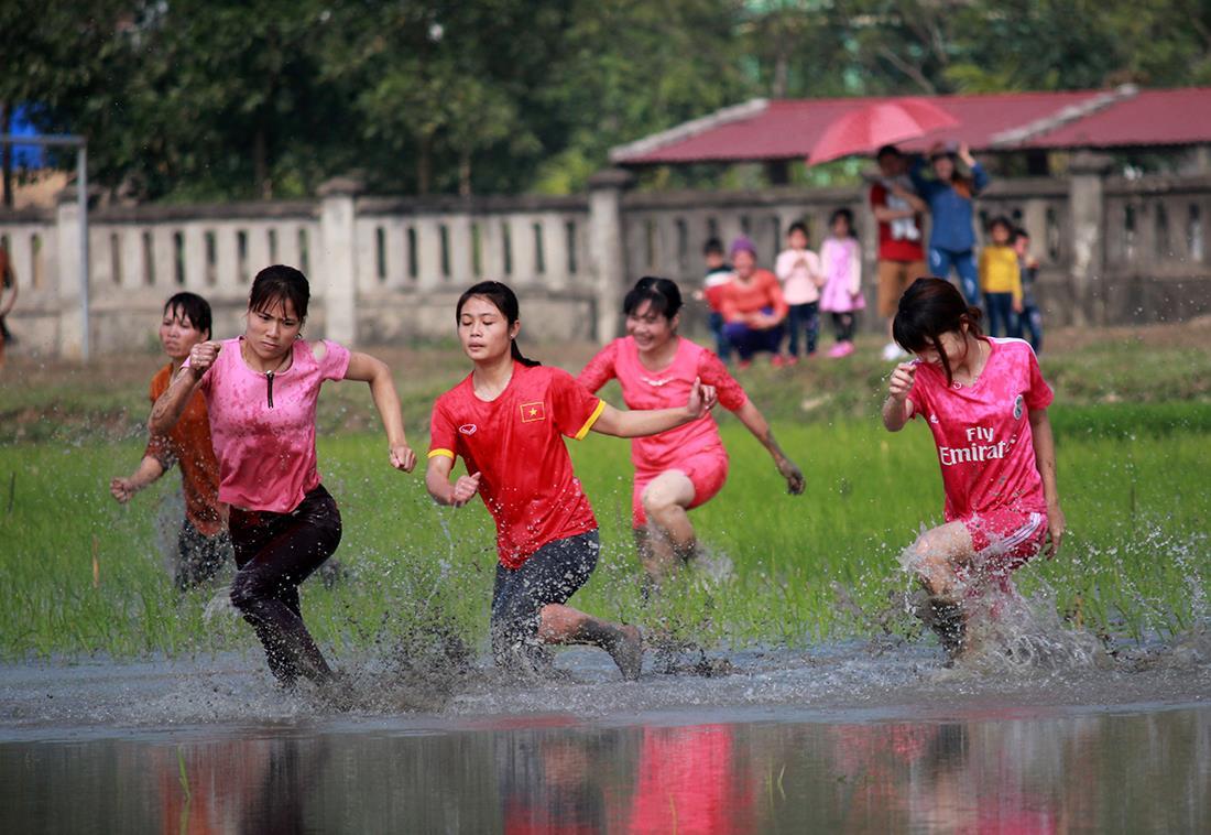 Thôn nữ xinh đẹp gục ngã khi đua tốc tộ dưới ruộng nước ngày Tết