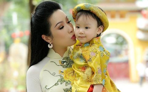 Trịnh Kim Chi đưa con gái đi du xuân