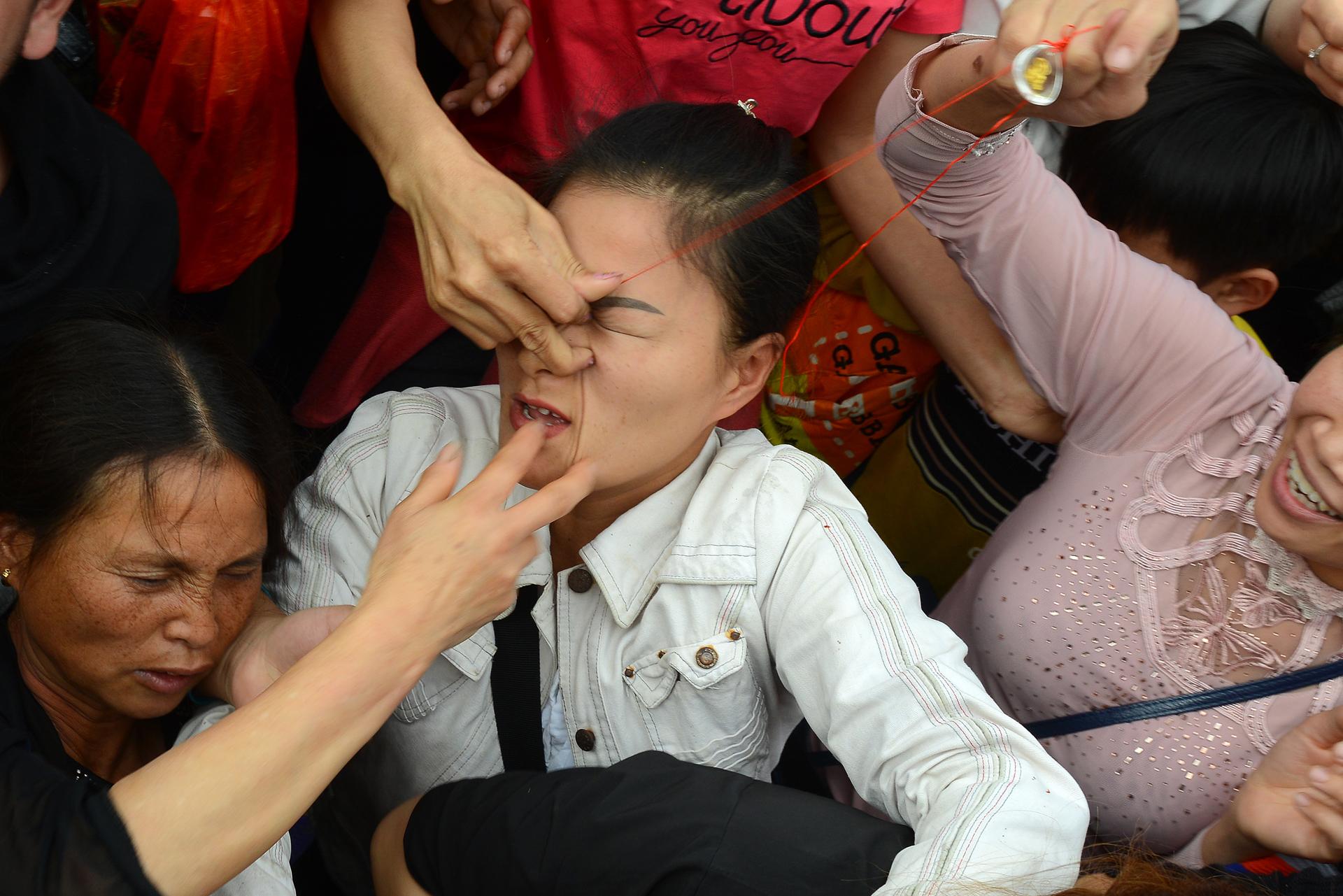 Hỗn loạn khi tranh lộc tại lễ khai hội chùa Hương