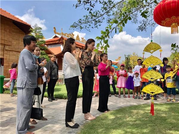 Sao Việt nô nức đi viếng nhà thờ Tổ của Hoài Linh dịp đầu năm