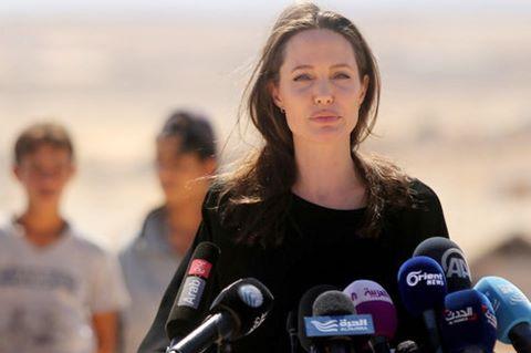 """Angelina Jolie cho rằng Donald Trump đang """"đùa với lửa"""""""