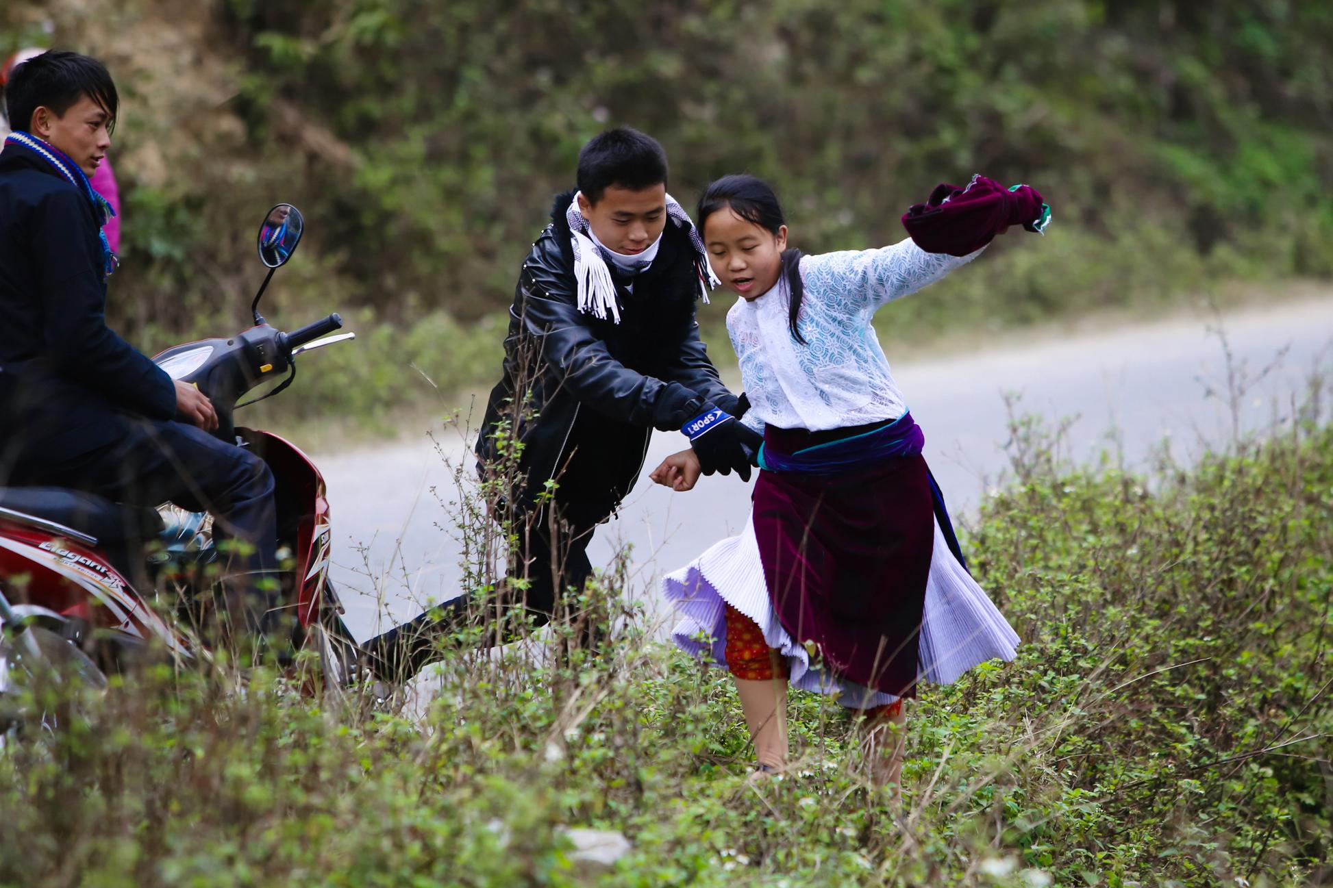 Cảnh bắt người về làm vợ giữa đường vắng ở Hà Giang