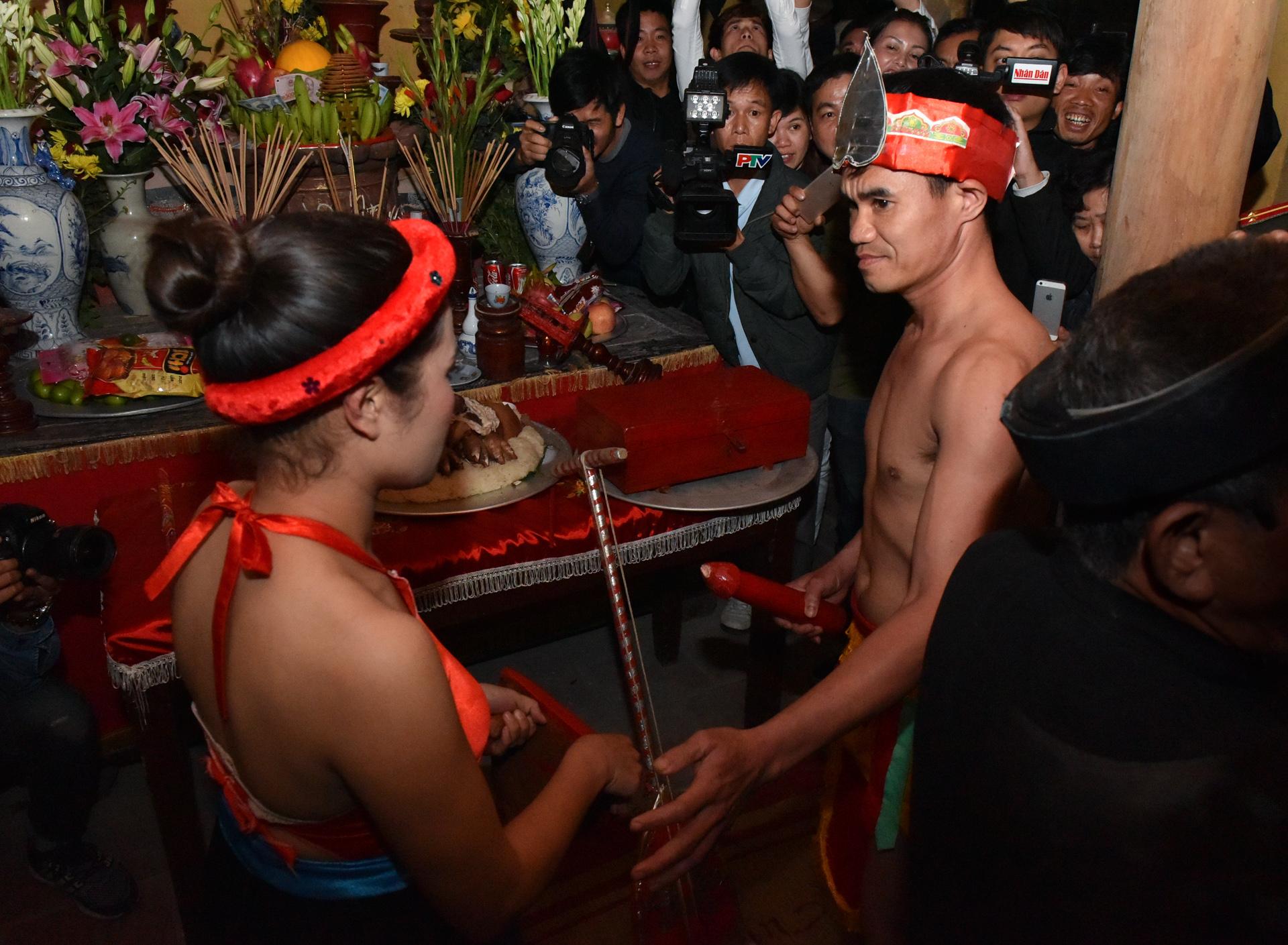 Hàng nghìn người chen nhau xem lễ hội phồn thực giữa khuya