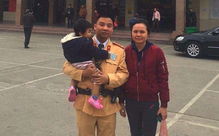 CSGT Hà Nội giúp đỡ mẹ con mất hết đồ đạc về nhà