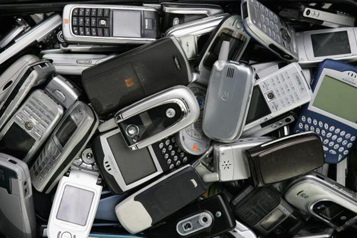 """Điện thoại """"đập đá"""" dần trở lại, đe dọa vị thế smartphone"""