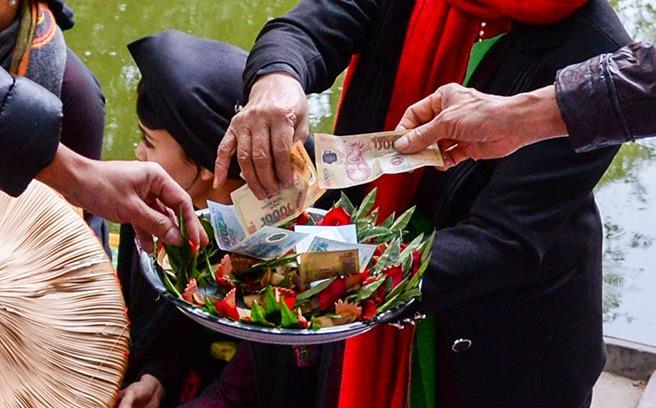 Tái diễn cảnh mời trầu nhận tiền ở hội Lim