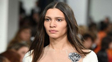 Người mẫu để ngực trần tại show Calvin Klein