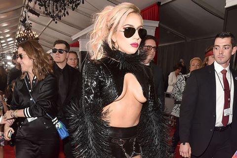 Lady Gaga, Rihanna mặc táo bạo trên thảm đỏ Grammy