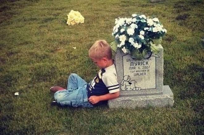 Cậu bé nhiều năm ngồi bên mộ kể chuyện cho em sinh đôi