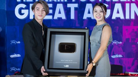 Sơn Tùng M-TP hãnh diện nhận nút vàng của YouTube