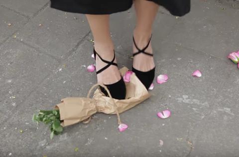 Giẫm nát hoa bạn trai tặng: Video bị nghi dàn dựng