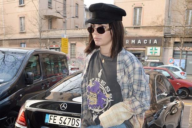 Kendall Jenner lăng xê mốt quần rách trên phố Milan