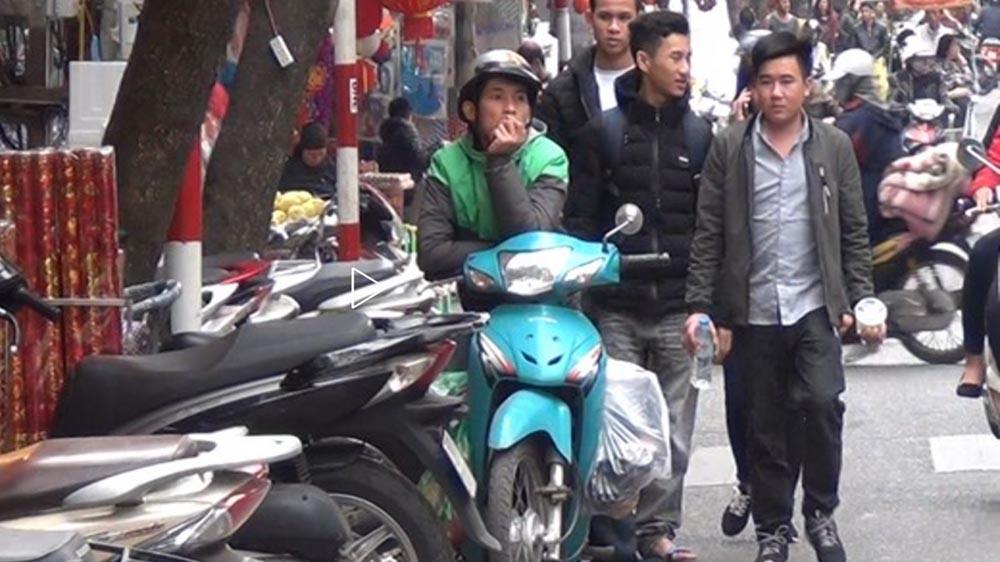 """Người đi bộ ở Hà Nội bị """"đuổi"""" xuống lòng đường"""