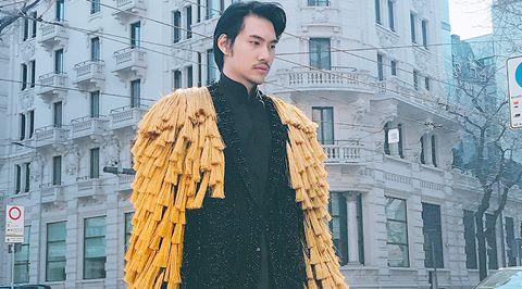 """Lý Quí Khánh ăn mặc """"độc, dị"""" dự show Dolce&Gabbana"""