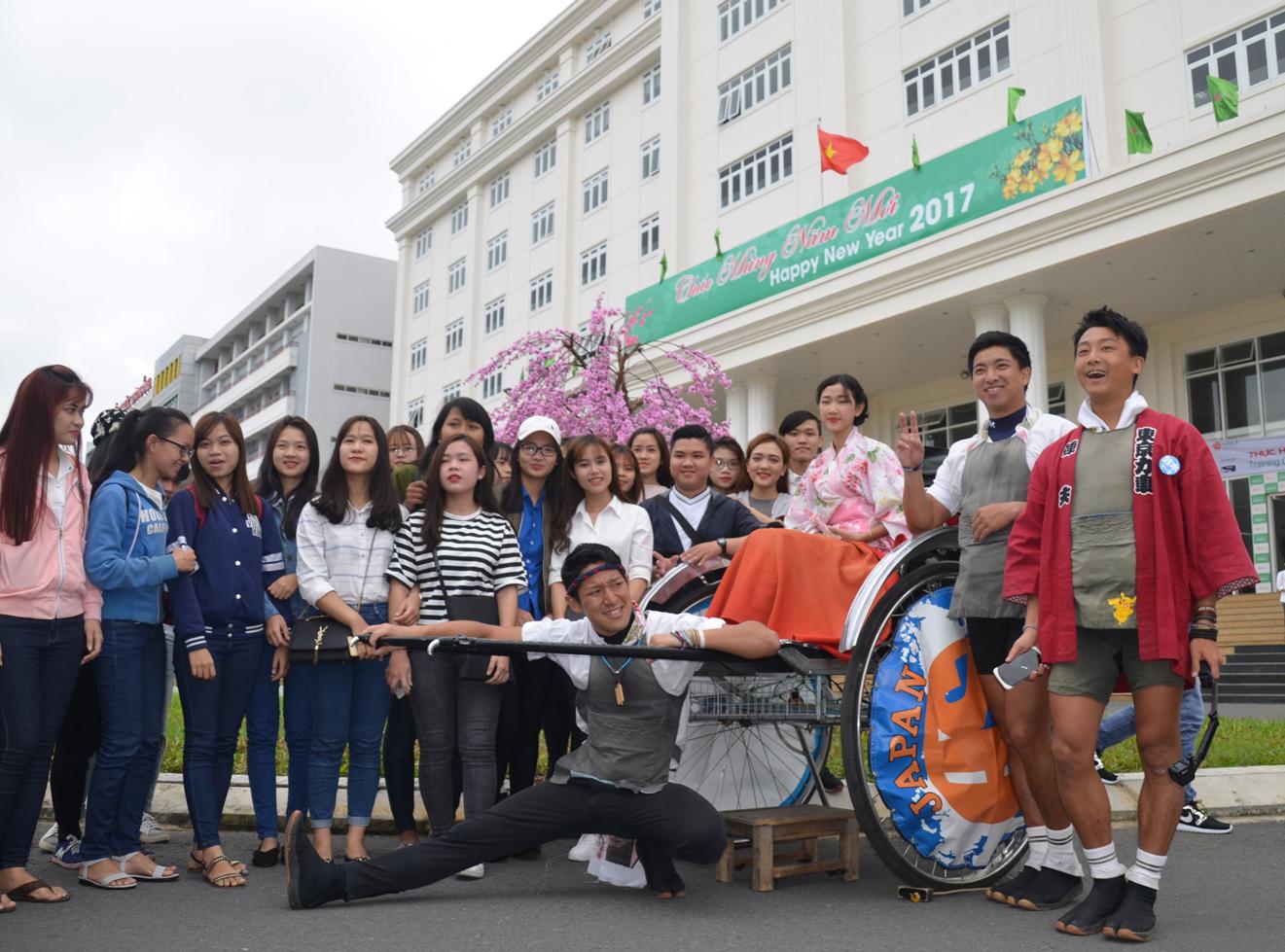 Ba chàng trai Nhật kéo xe vòng quanh thế giới đã tới Đà Nẵng