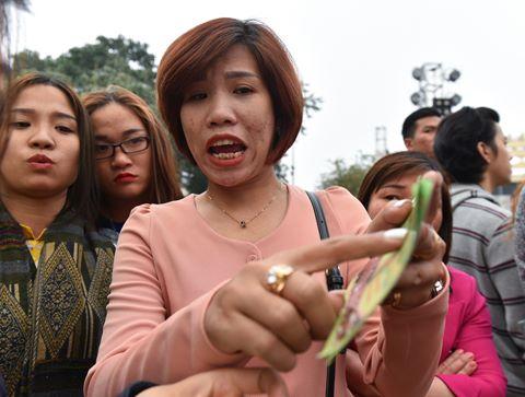 Khách bức xúc đòi lại tiền ở buổi khai mạc lễ hội hoa hồng