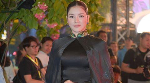 Lý Nhã Kỳ diện áo dài đen dự Lễ hội Áo dài trên phố đi bộ Sài Gòn