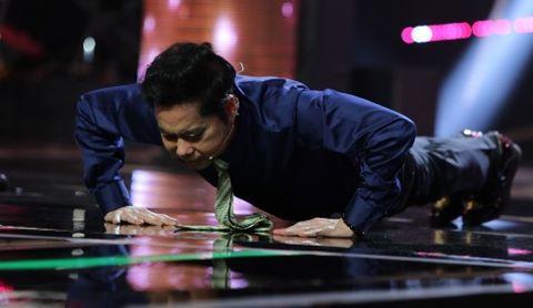 Ngọc Sơn hít đất trên sân khấu cùng thí sinh