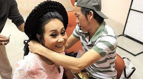 Hoài Linh tặng trầm hương đắt tiền cho nghệ sĩ Thanh Hằng