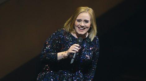 Adele di chuyển từ hậu trường lên sân khấu trong một chiếc hộp