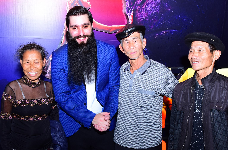 """Đạo diễn """"Kong: Skull Island"""" hội ngộ diễn viên Việt đóng vai thổ dân"""