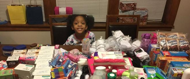 Bé gái 6 tuổi tặng đồ ăn sinh nhật cho người vô gia cư