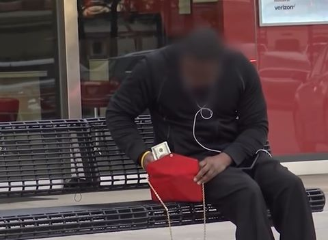 Cô gái giả vờ bỏ quên túi trên ghế và cái kết bất ngờ