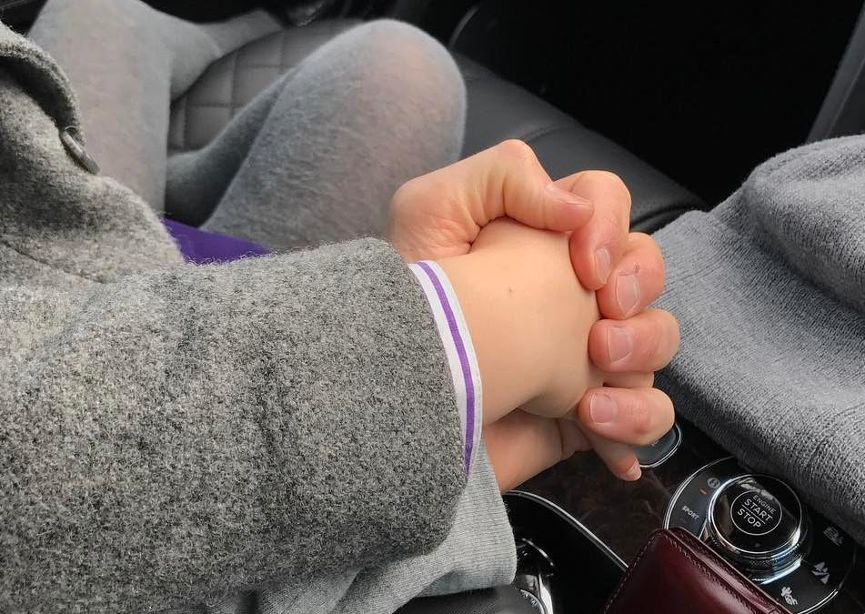 """Khoảnh khắc David Beckham nắm tay con gái """"gây bão"""" mạng"""