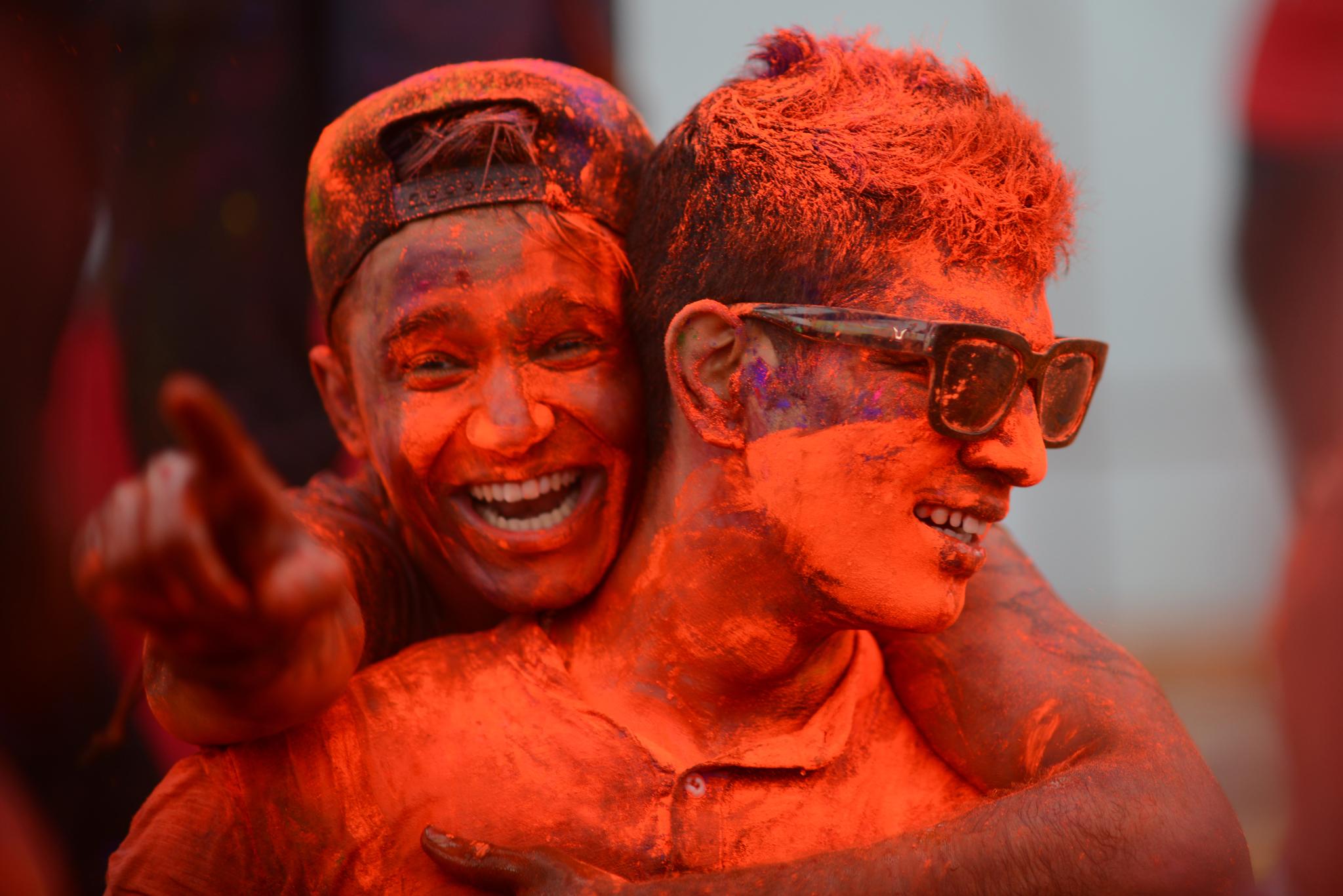 """Giới trẻ """"đại chiến bột màu"""" trong lễ hội Holi tại Hà Nội"""