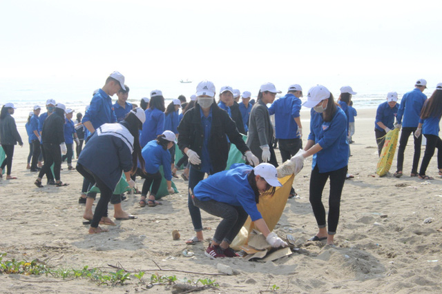 Hơn 1.5000 đoàn viên, thanh niên Hà Tĩnh ra quân làm sạch bờ biển