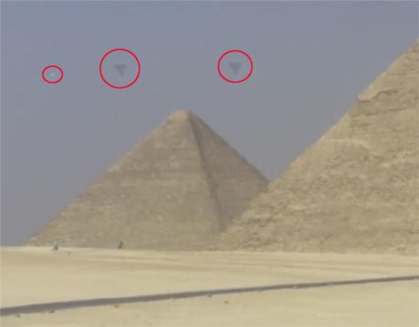 """Lộ bằng chứng chân thực về UFO """"hoành hành"""" trên đỉnh kim tự tháp"""