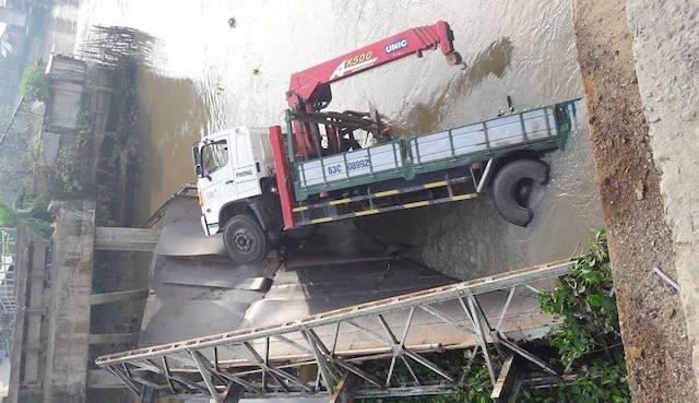 Cầu sập, xe tải rớt xuống kênh
