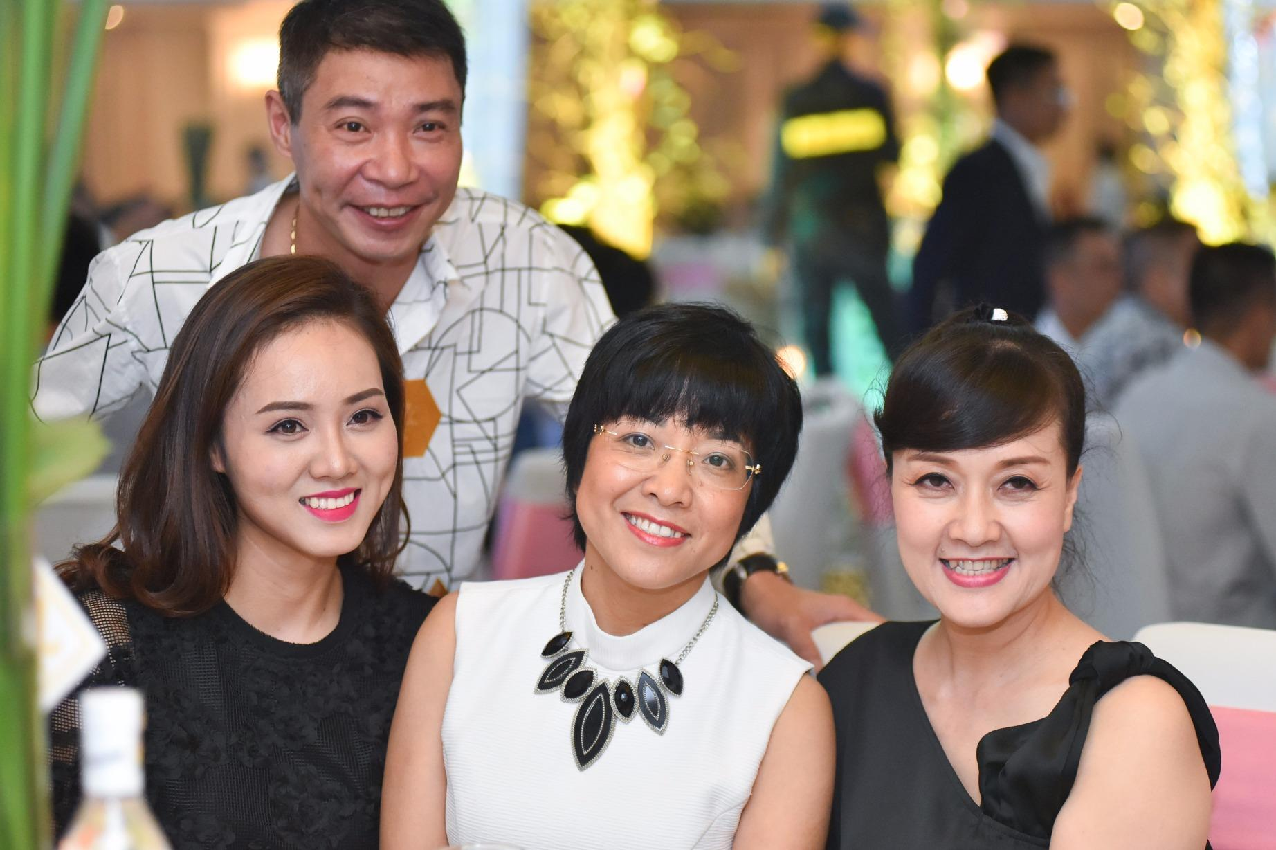 Công Lý và bạn gái mới dự tiệc cưới MC Thành Trung