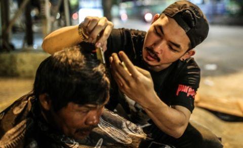 """Diễn viên """"Bụi đời chợ Lớn"""" cắt tóc cho người nghèo giữa đêm khuya"""