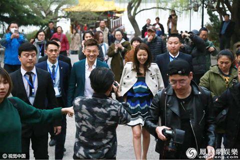 Lâm Tâm Như và Tô Hữu Bằng bị bủa vây khi đi sự kiện chung